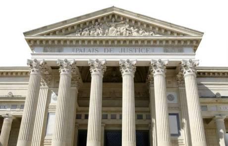 palais de justice isolé sur fond blanc